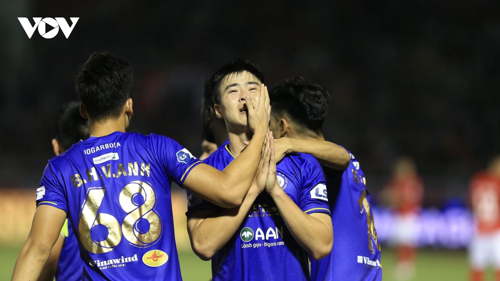 Hà Nội FC đánh bại CLB TPHCM trong ngày Hùng Dũng chấn thương nặng