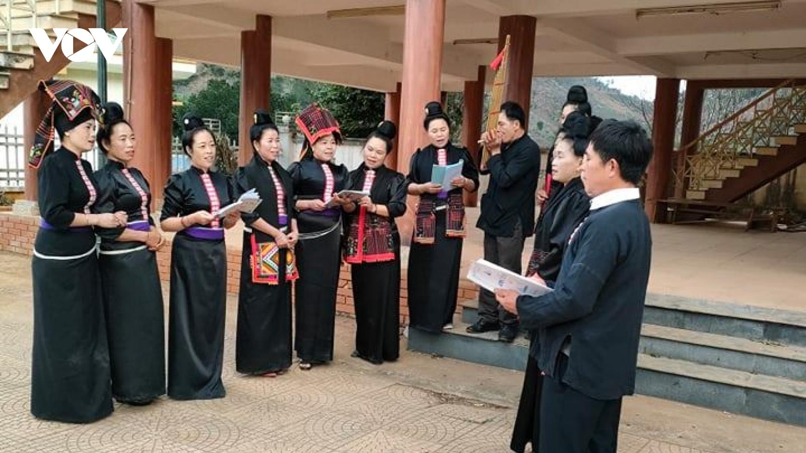 Bà con bản Hìn nỗ lực bảo tồn giá trị văn hoá dân tộc
