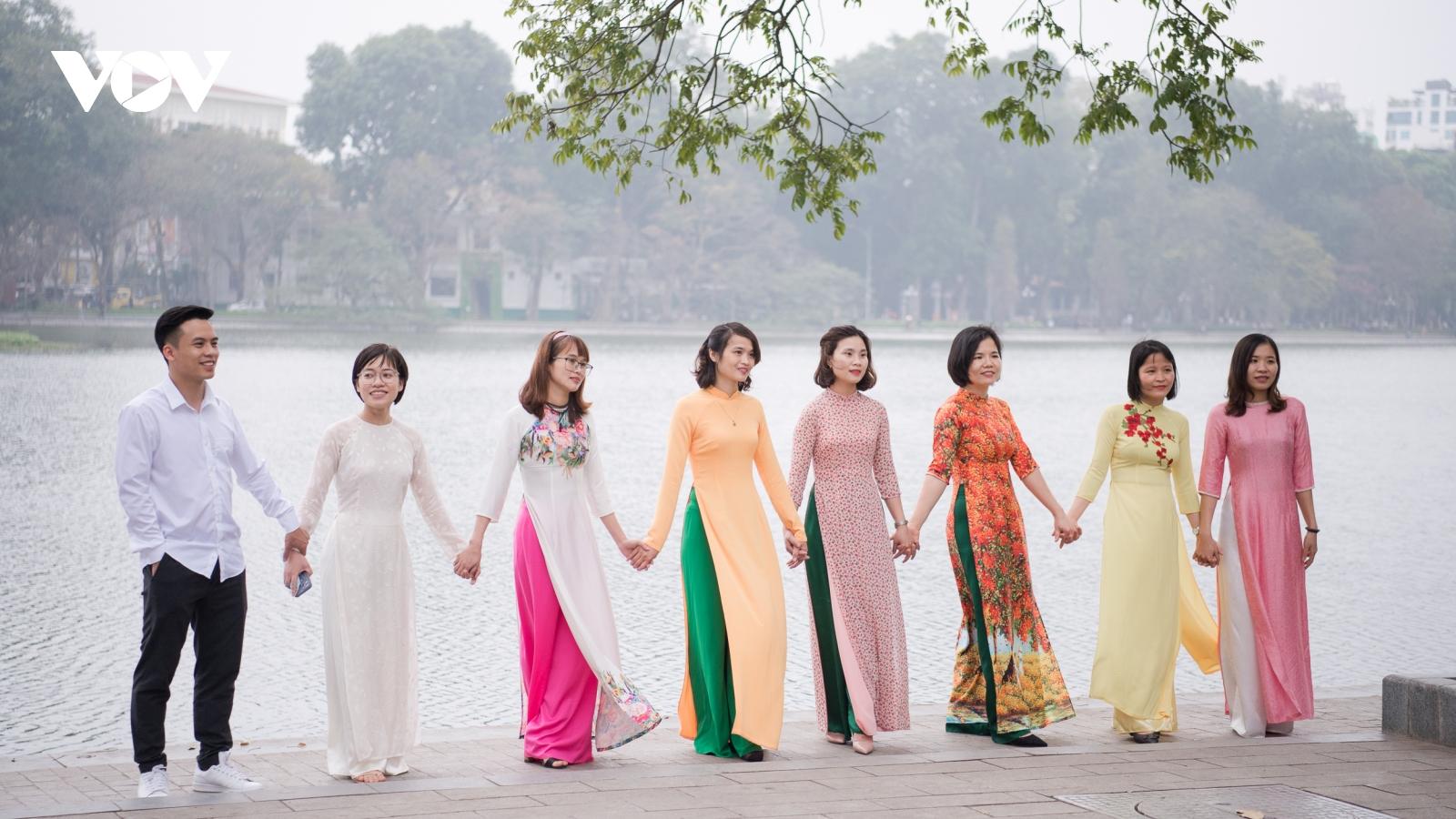 Phụ nữ Hà thành diện áo dài ra hồ Hoàn Kiếm chụp ảnh ngày 8/3