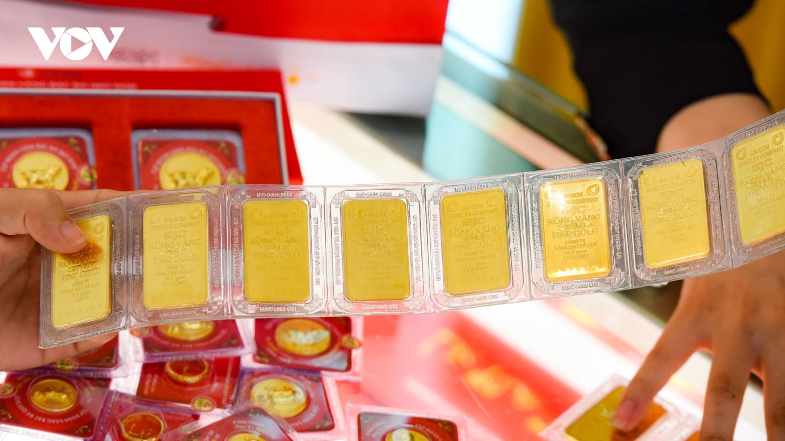 Giá vàng SJC và vàng thế giới đồng loạt giảm