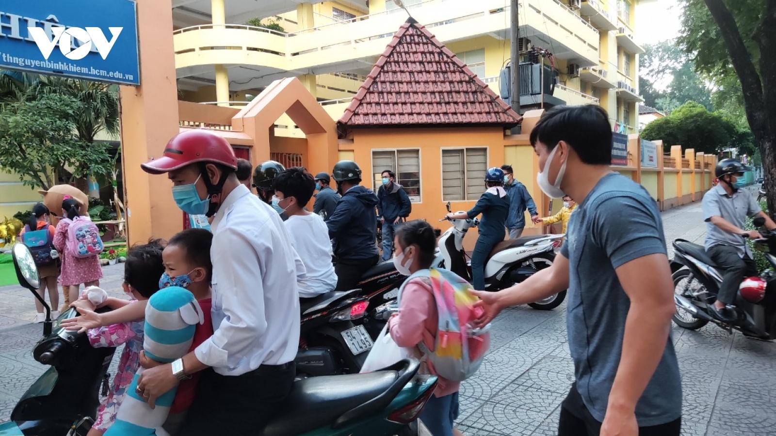 Học sinh, sinh viên ở TPHCM trở lại trường sau thời gian nghỉ vì Covid-19