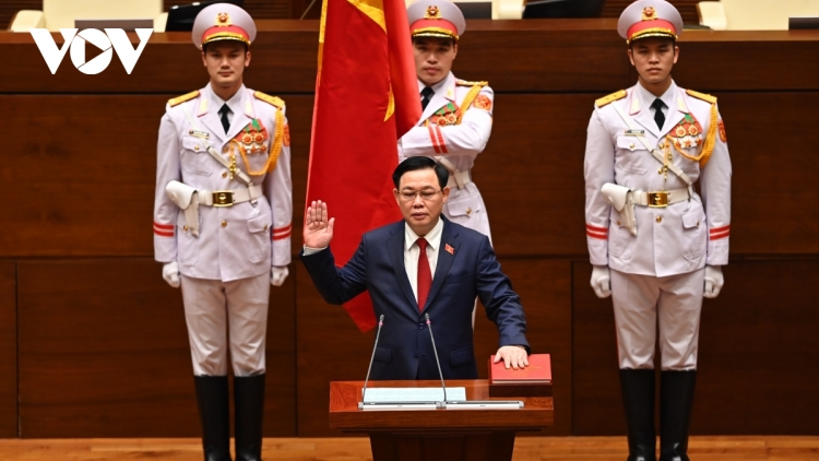 New NA Chairman Vuong Dinh Hue sworn into office
