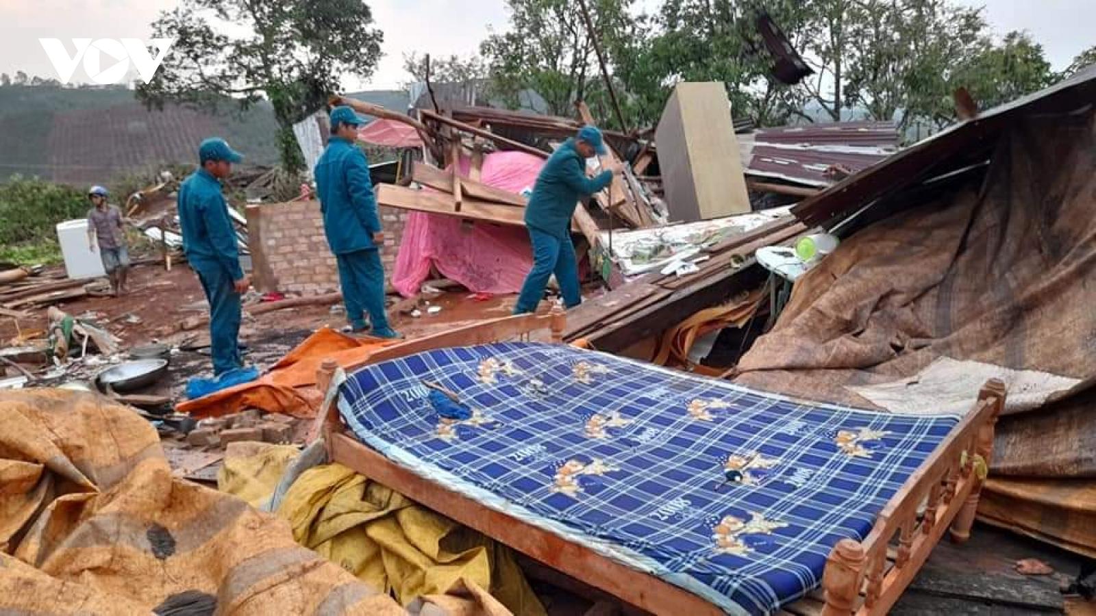 Mưa lớn kèm lốc xoáy ở Lâm Đồng làm hơn 70 căn nhà bị tốc mái