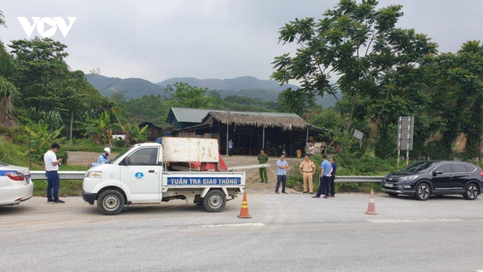 """Cao tốc Nội Bài - Lào Cai bị """"băm nát"""" hàng rào bảo vệ vì quán cơm ven đường"""