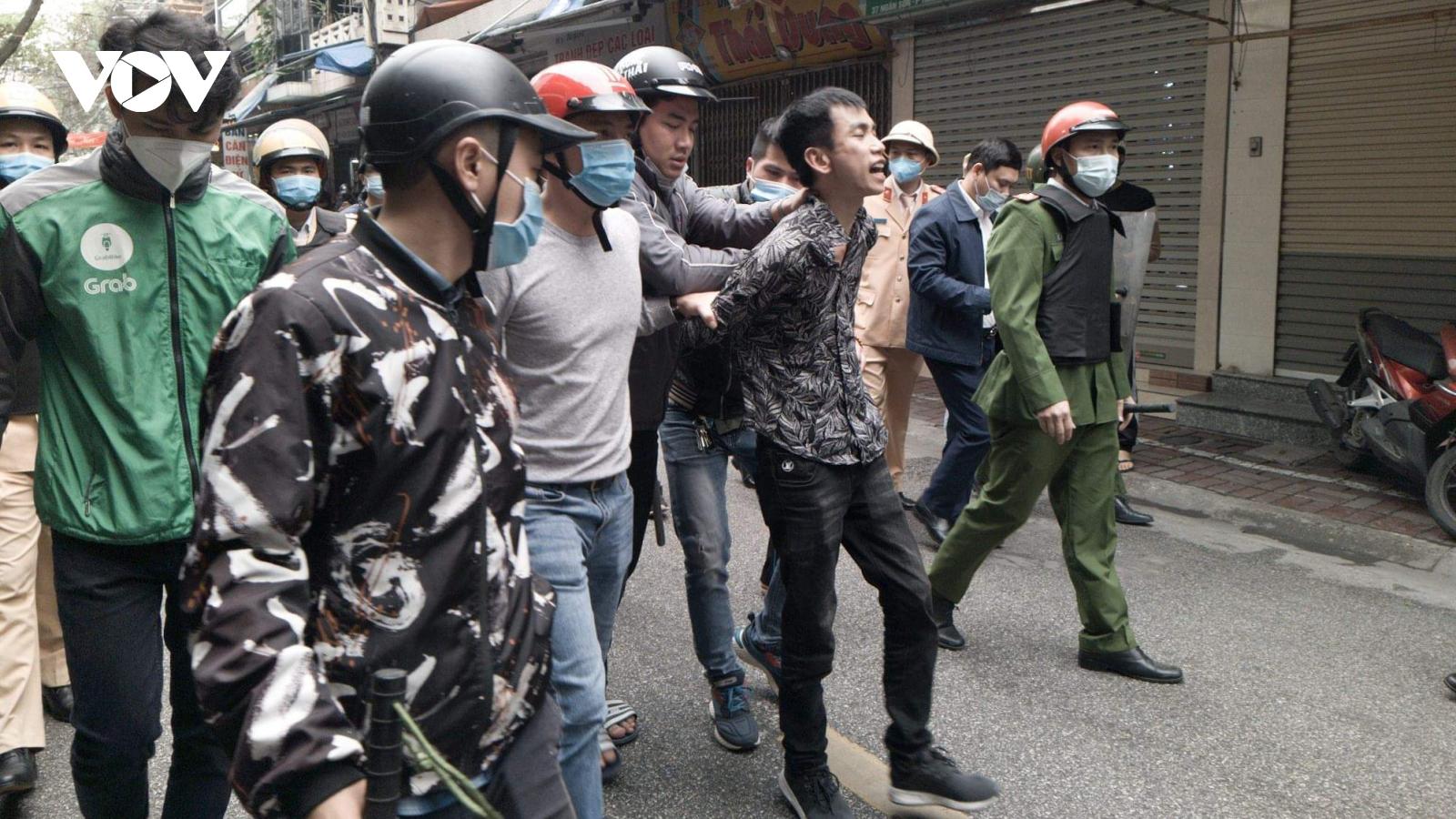 """Khống chế đối tượng """"ngáo đá"""" cầm kiếm chém xe ô tô và nhà dân bên đường"""