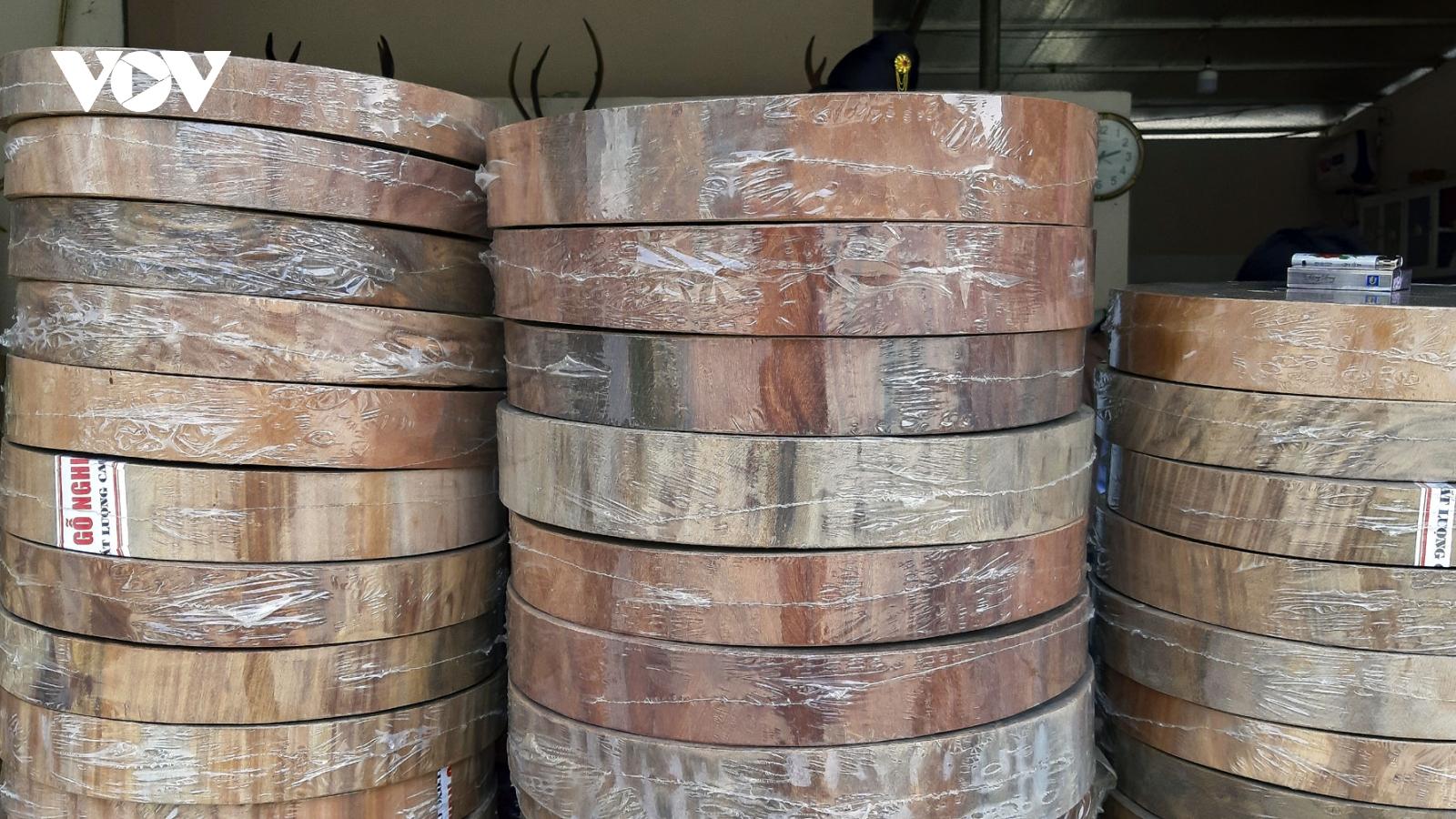 Ai tiếp tay buôn bán thớt gỗ nghiến trên đỉnh đèo Pha Đin?