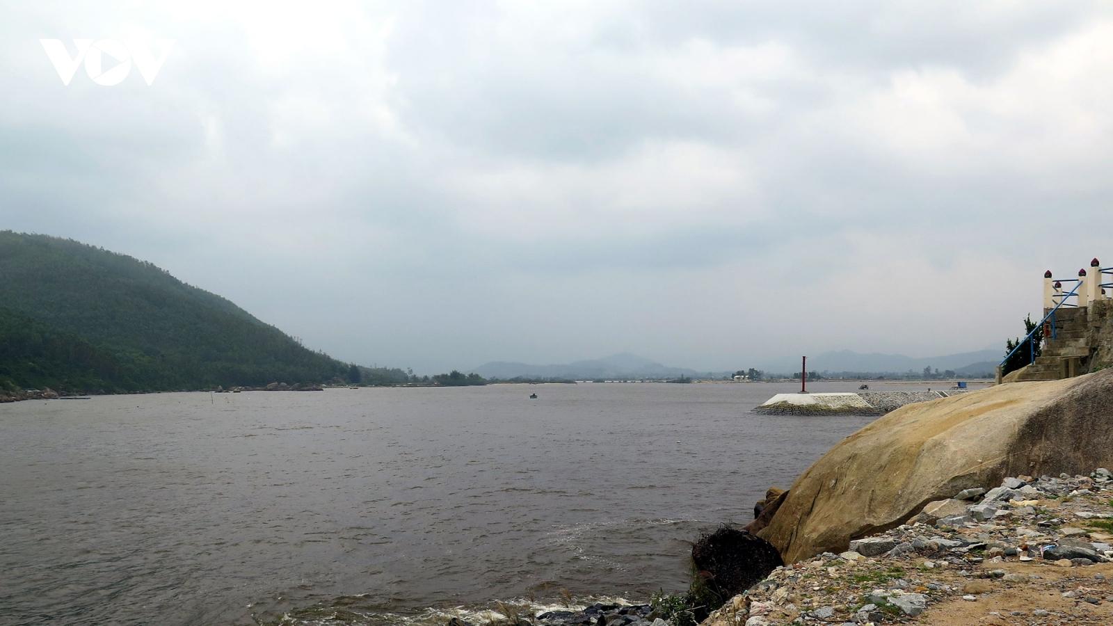 Hàng trăm tàu cá Quảng Ngãi nằm bờ vì cửa sông bị bồi lấp