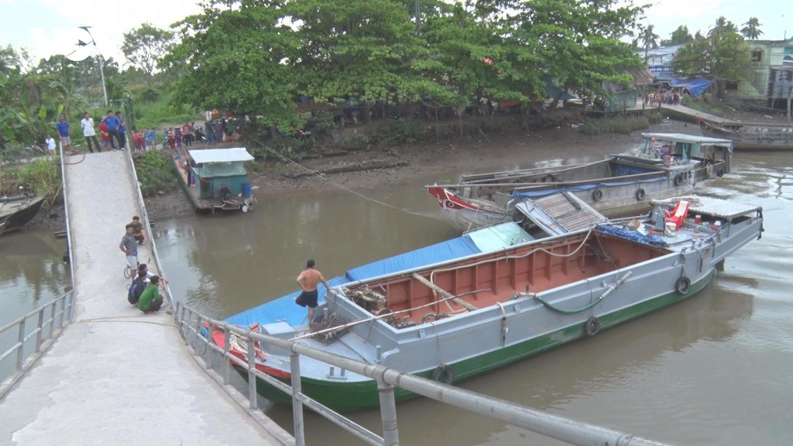 Ghe chở lúa 50 tấn gây sập cầu bê tông nông thôn