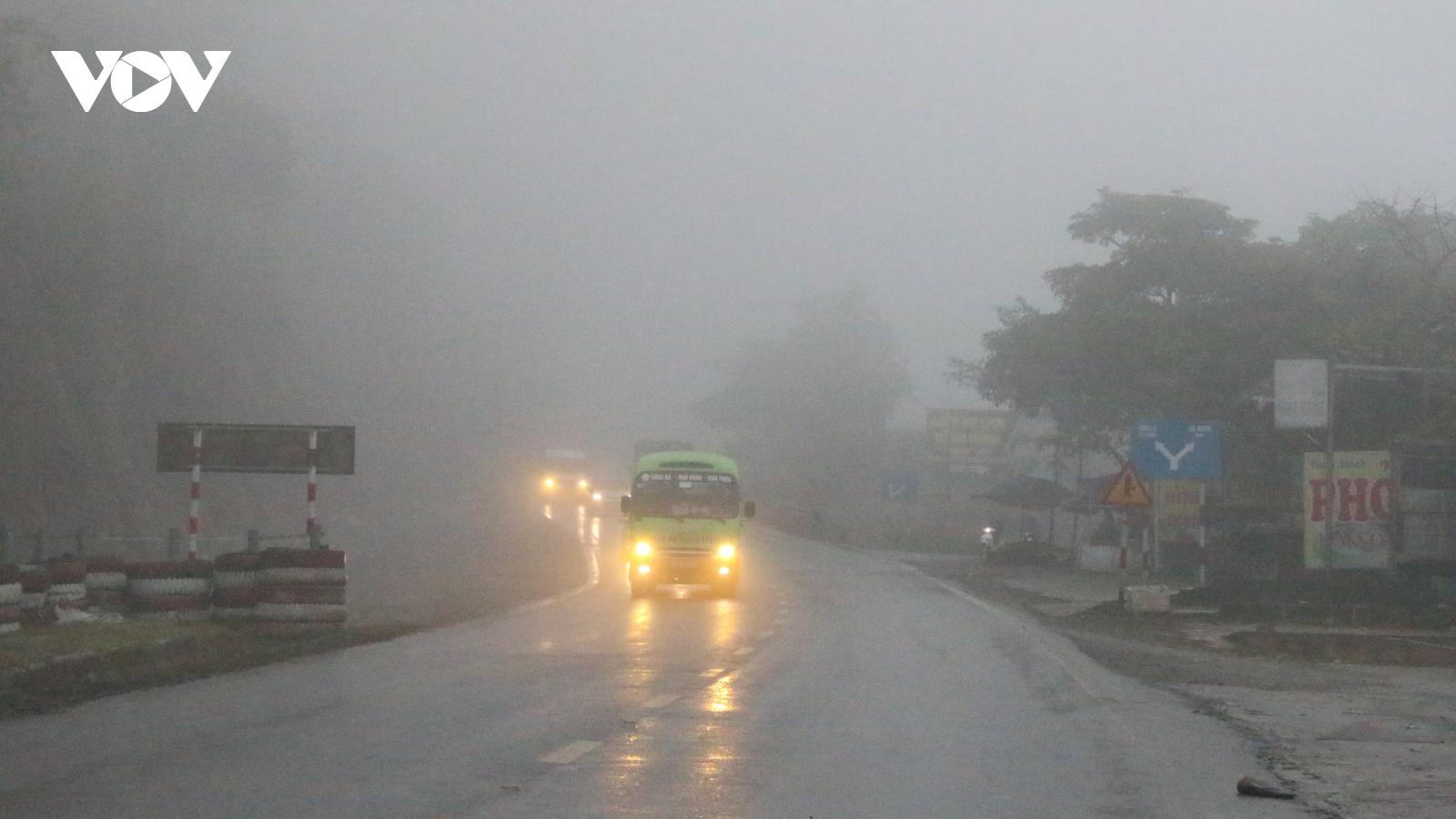 Quốc lộ 6 mưa mù, đường trơn trượt, tiềm ẩn tai nạn giao thông