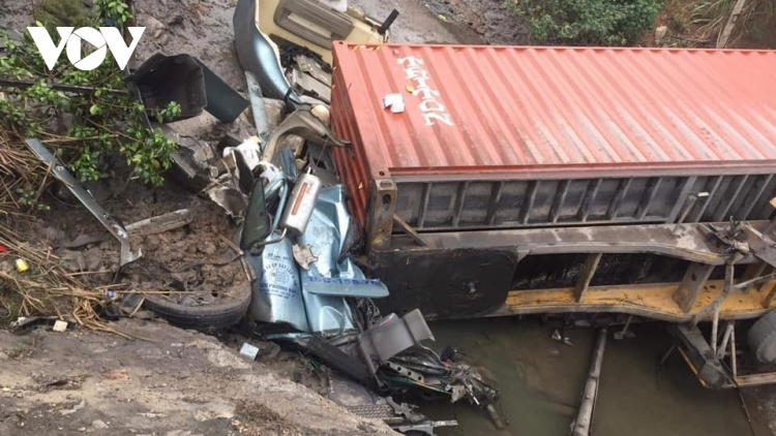 Xe container lao xuống mương nước, tài xế tử vong trong ca-bin