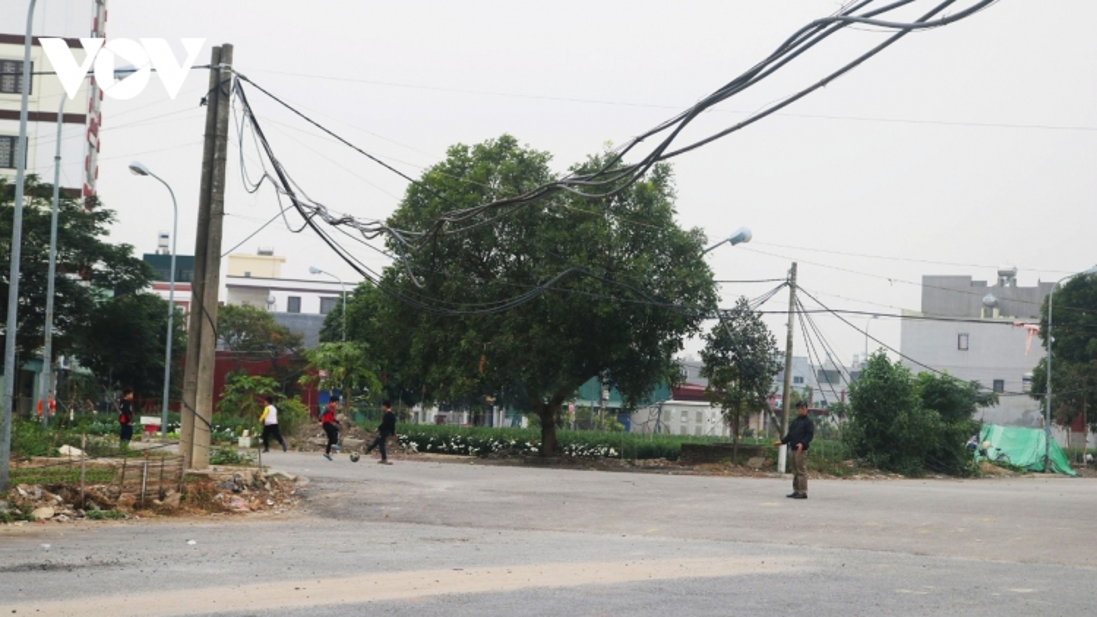 Dự án tái định cư Cây Lim: Gần20 năm, người dân vẫn phải đi dùng nhờ điện,nước