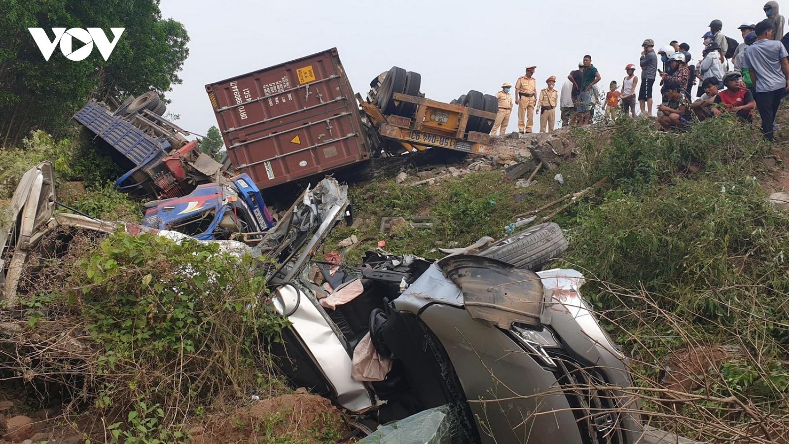Tai nạn liên hoàn trên Quốc lộ 9, 3 xe ô tô rơi xuống vực