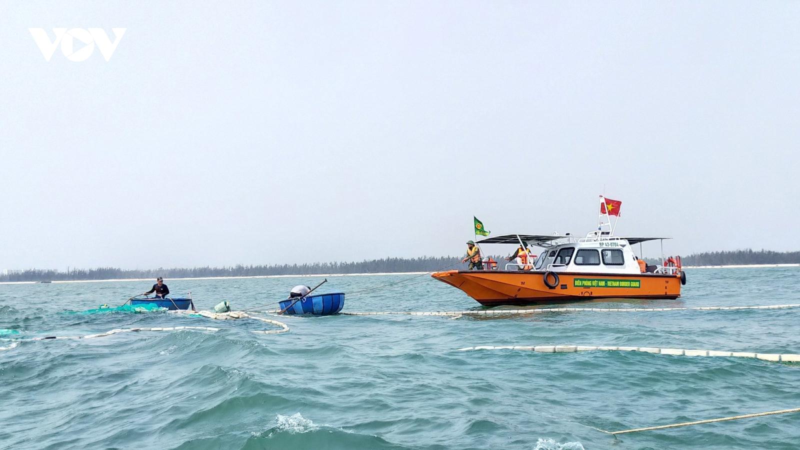 Tàu cá mắc cạn bị chìm trên vùng biển Cửa Đại