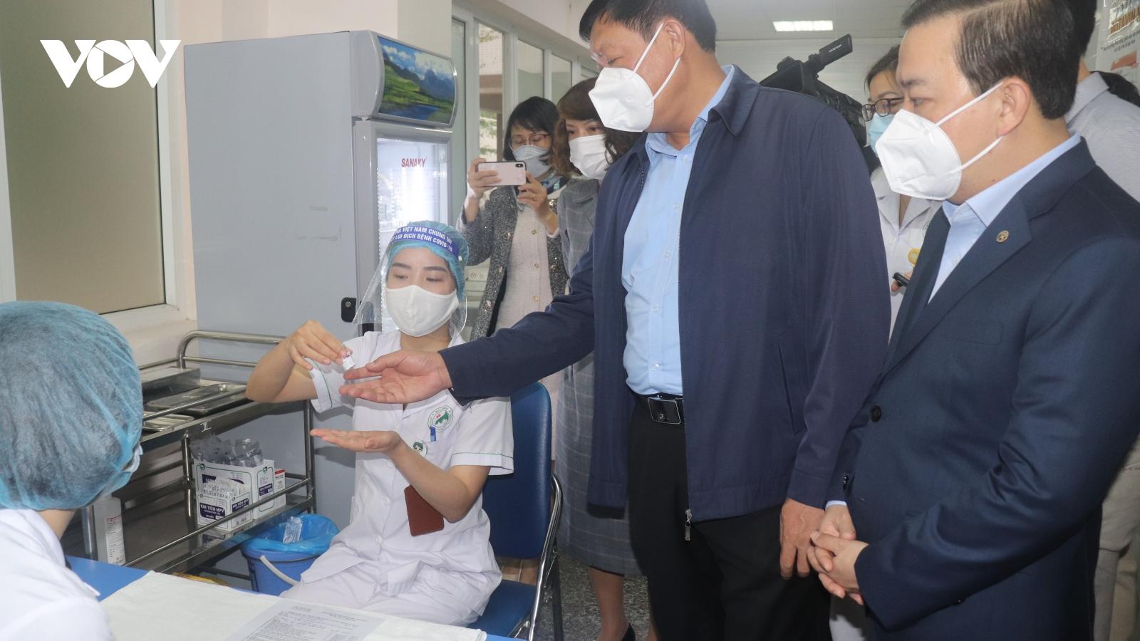Gần 7.000 nhân viên y tế ở Hà Nội đã tiêm vaccine phòng COVID-19