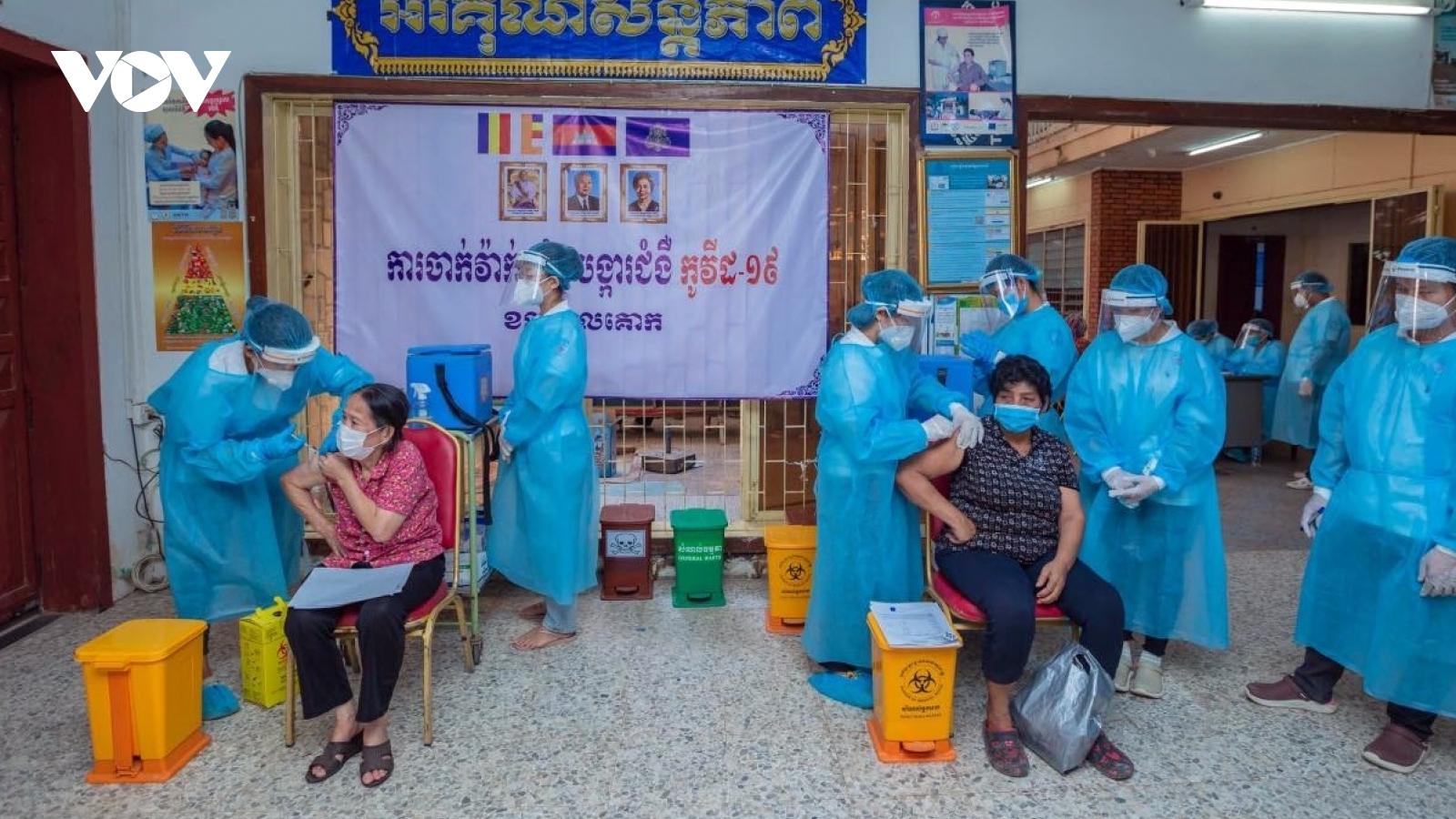Campuchia và Indonesia đẩy mạnh tiêm chủng Covid-19, Philippines tái kiểm dịch cộng đồng