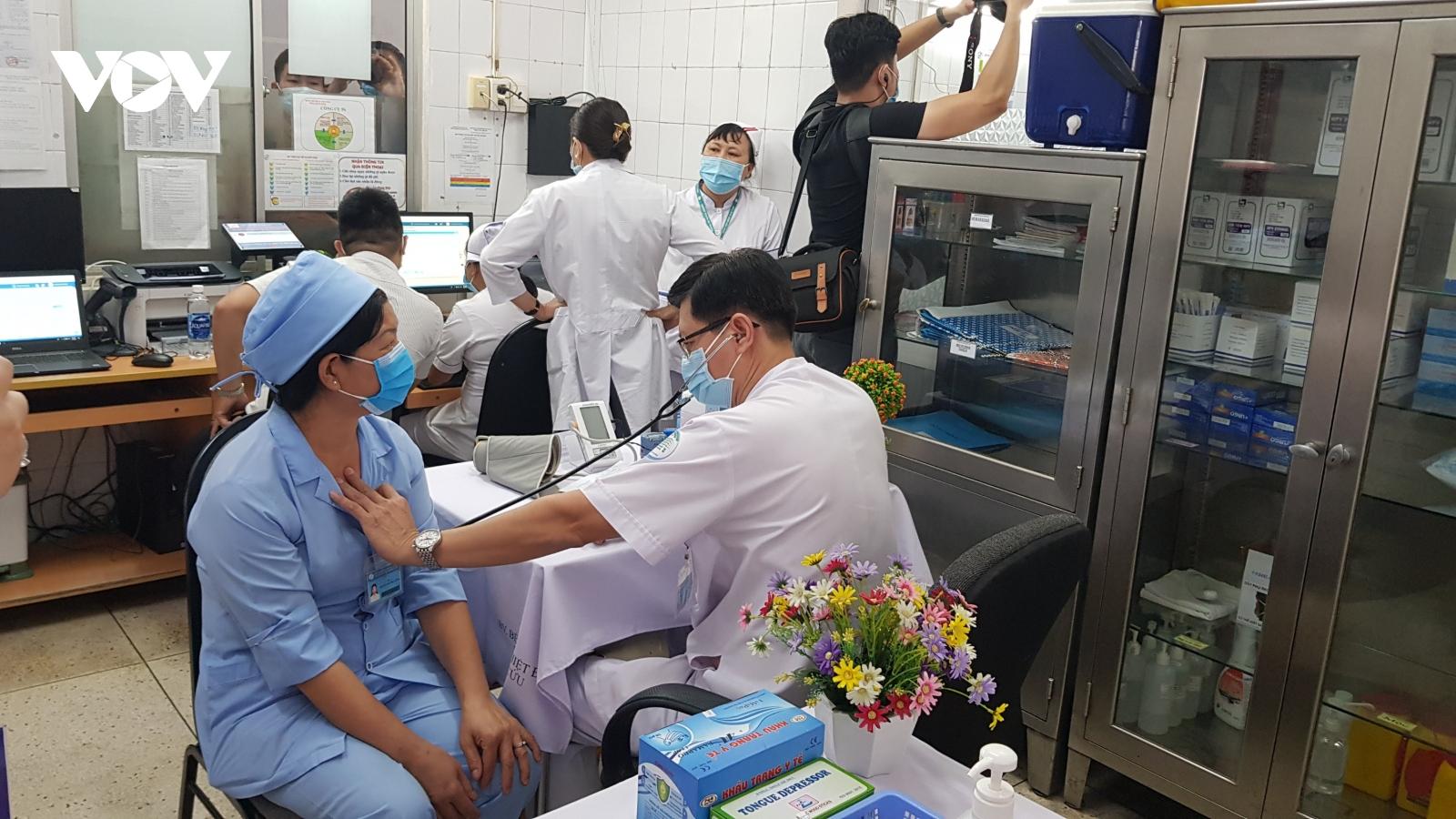900 người đầu tiên tại TP HCM được tiêm vaccine ngừa Covid-19