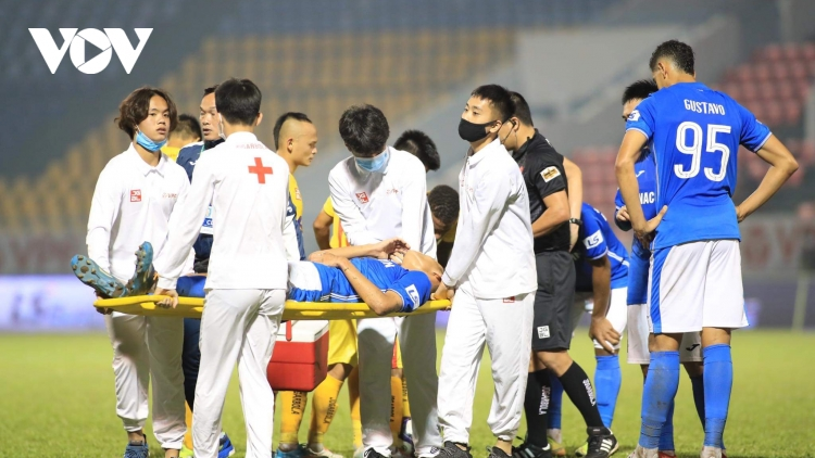 Trung vệ U22 Việt Nam chấn thương nặng trong trận đấu ở vòng 5 V-League 2021