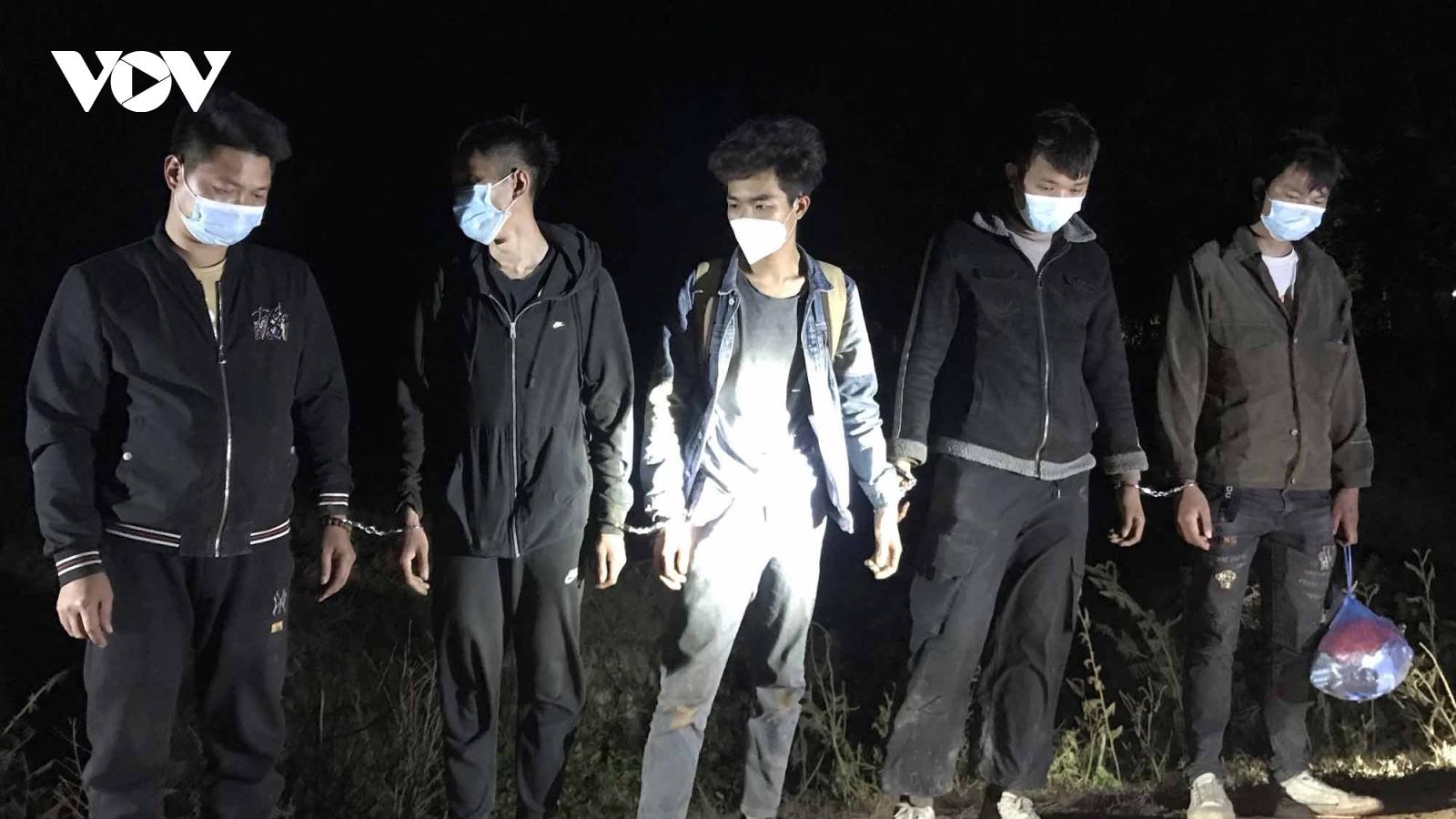 Long An bắt giữ, đưa cách ly 5 người Trung Quốc vượt biên trái phép