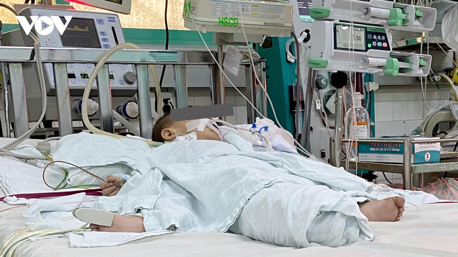 Uống nhầm dầu thắp đèn, bé 13 tháng tuổi nhiễm trùng phổi