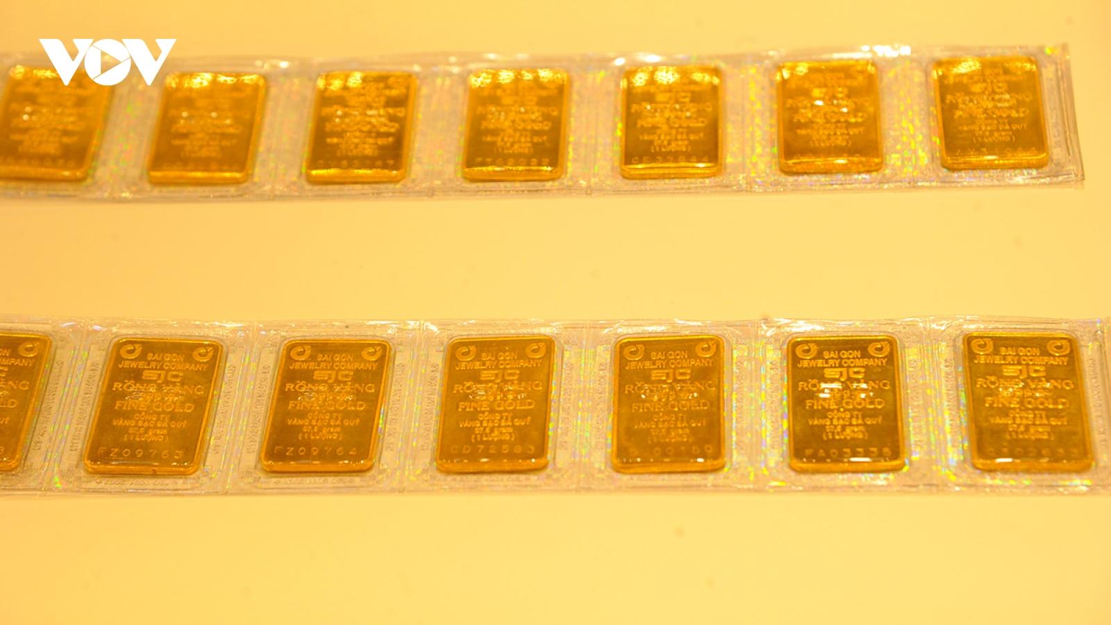 Giá vàng SJC vẫn cao hơn giá vàng thế giới 7,34 triệu đồng/lượng