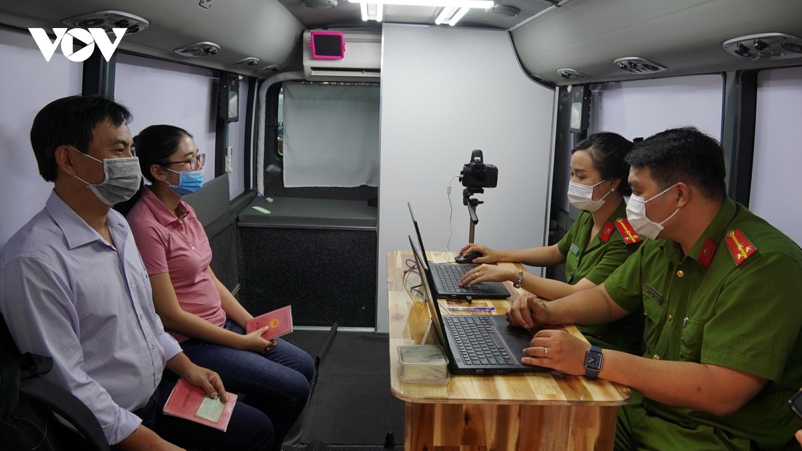 Chạy nước rút, TPHCM đưa vào hoạt động 2 xe lưu động làm căn cước công dân