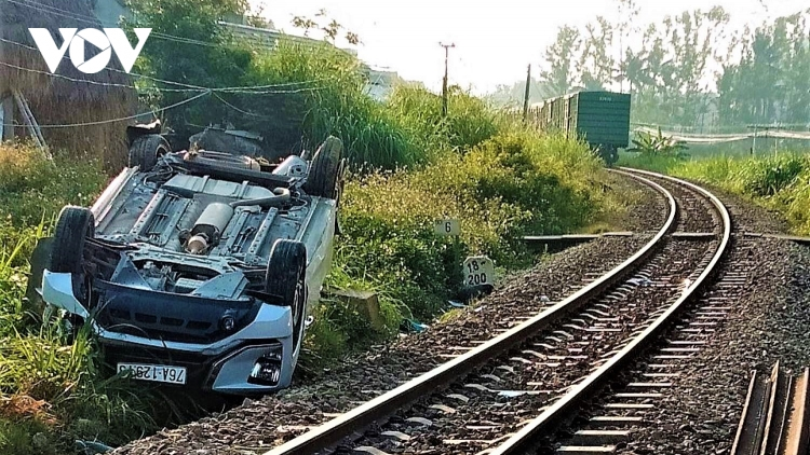 Xe 7 chỗ va chạm với tàu hỏa: 1 người chết, 2 người bị thương nặng