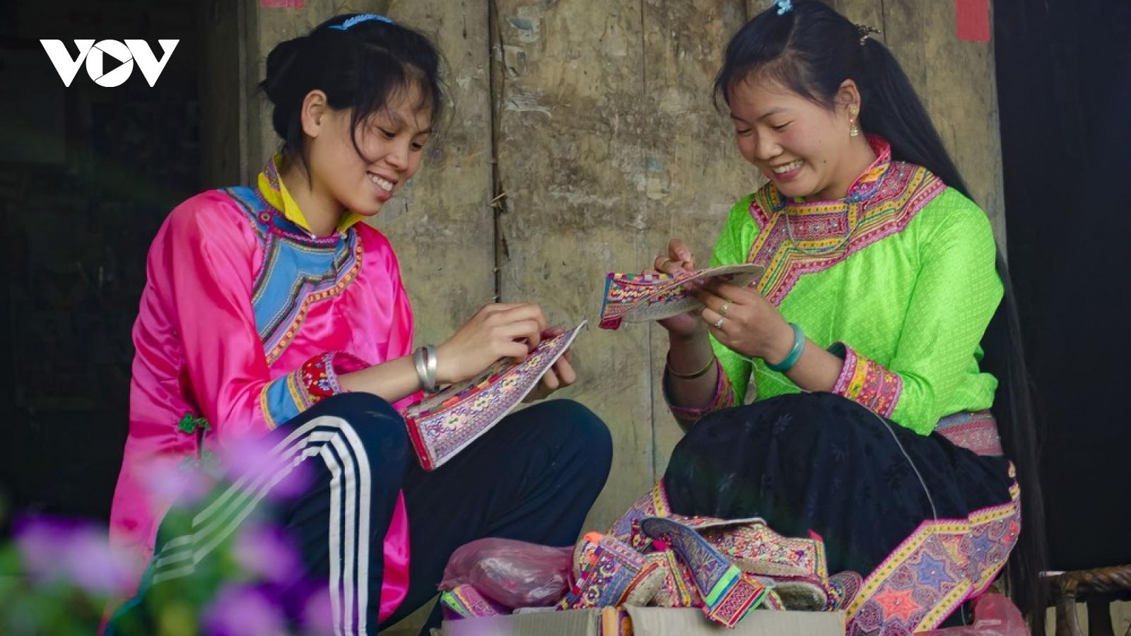 Nghề làm giày thêu, múa dân gian Khơ Mú là Di sản văn hóa phi vật thể cấp quốc gia
