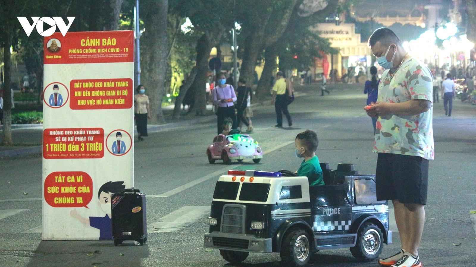 Ảnh: Người Hà Nội vui mừng khi phố đi bộ Hoàn Kiếm mở cửa trở lại