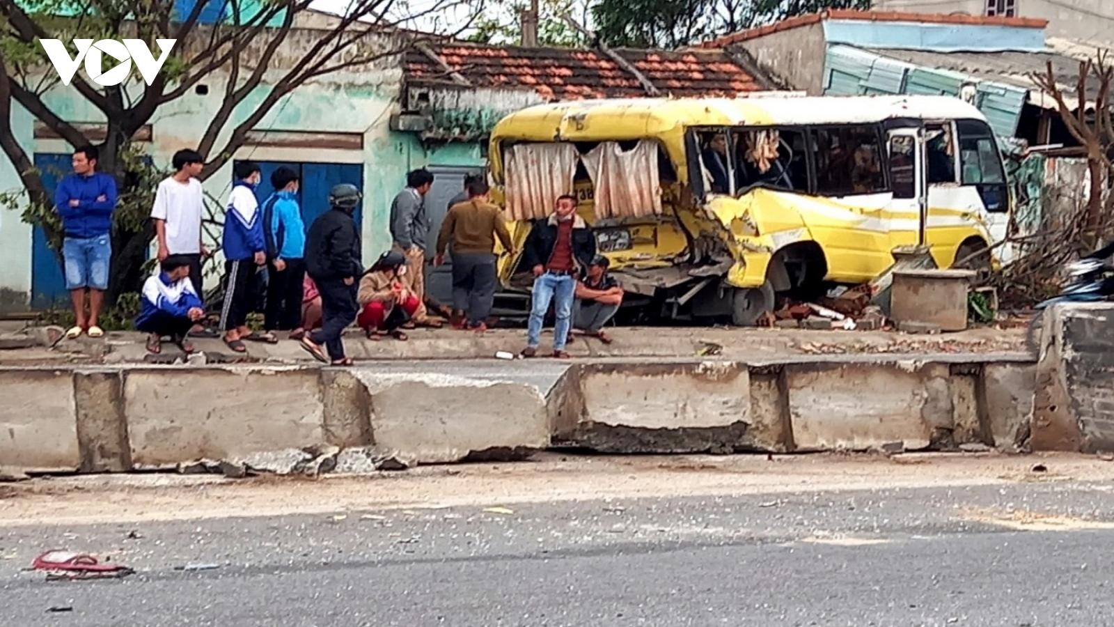 Xe ô tô đâm vào nhà dân sau tai nạn liên hoàn ở Quảng Bình