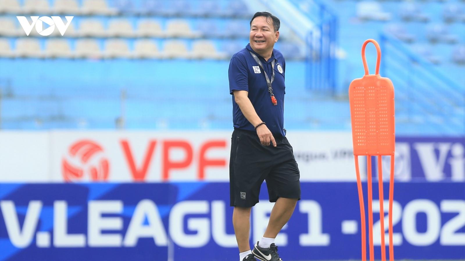"""Nhận """"ghế nóng"""" ở Hà Nội FC, HLV Hoàng Văn Phúc lập tức chỉ đạo cầu thủ tập luyện"""