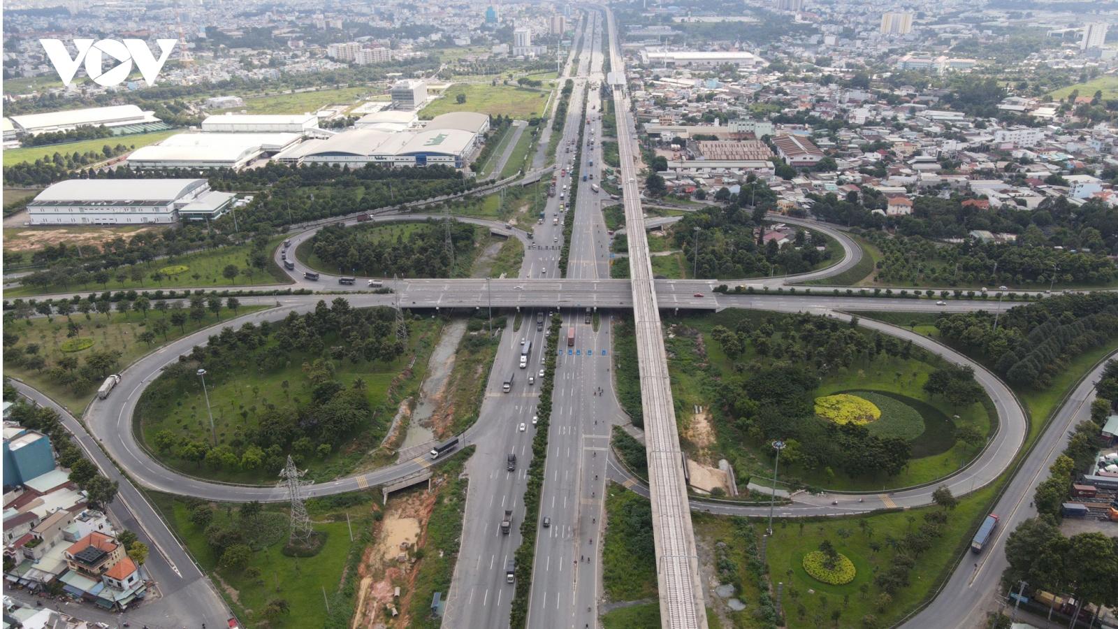 Giao thông của TPHCM với các tỉnh lân cận đang quá tải