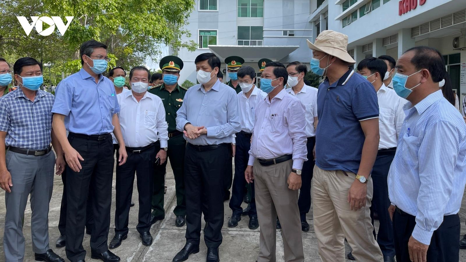 Bộ trưởng Bộ Y tế kiểm tra công tác chống dịch Covid-19 tại tuyến biên giới Hà Tiên