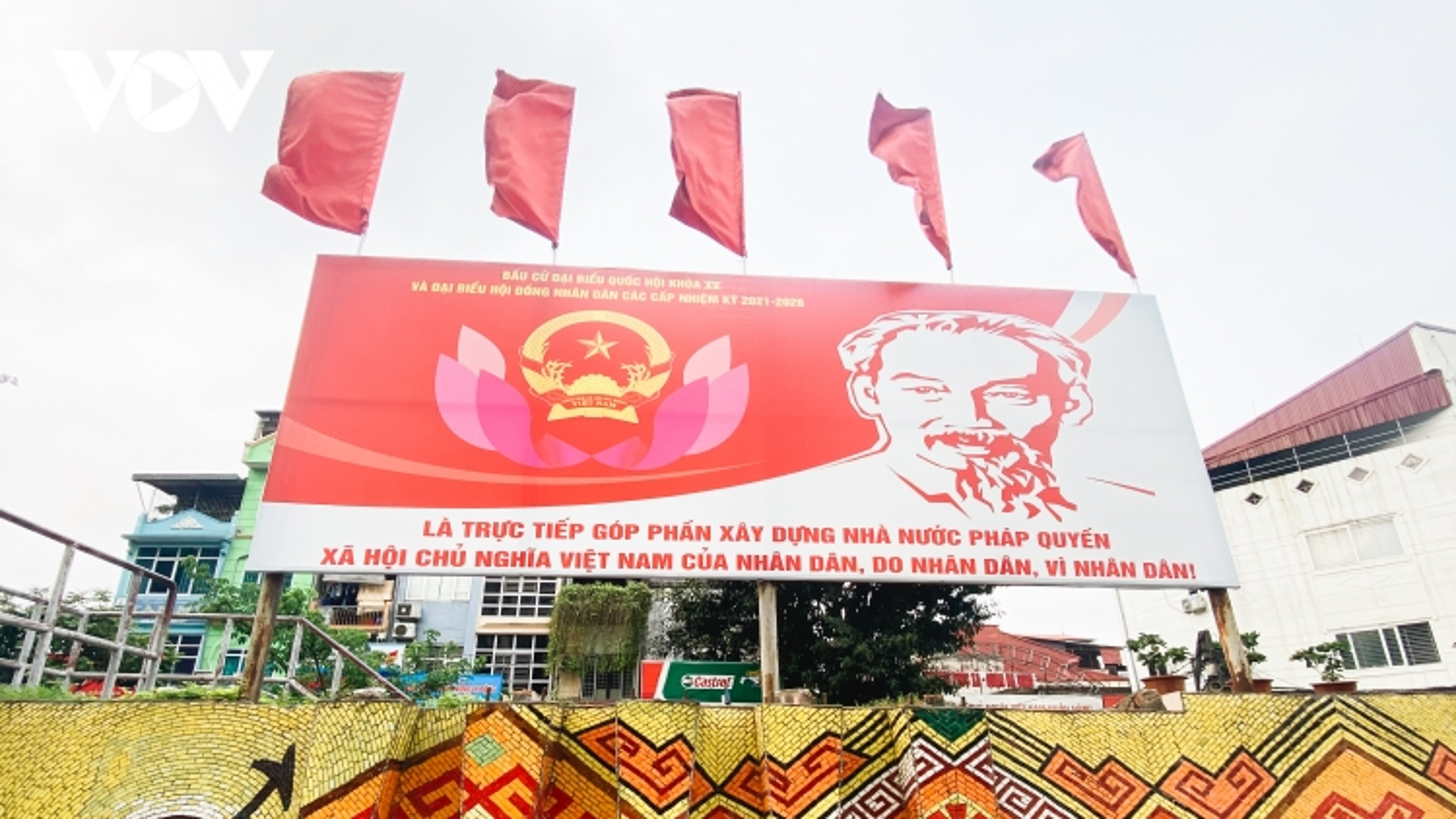 Hà Nội ngập tràn sắc đỏ của pano, áp phích cổ động ngày bầu cử