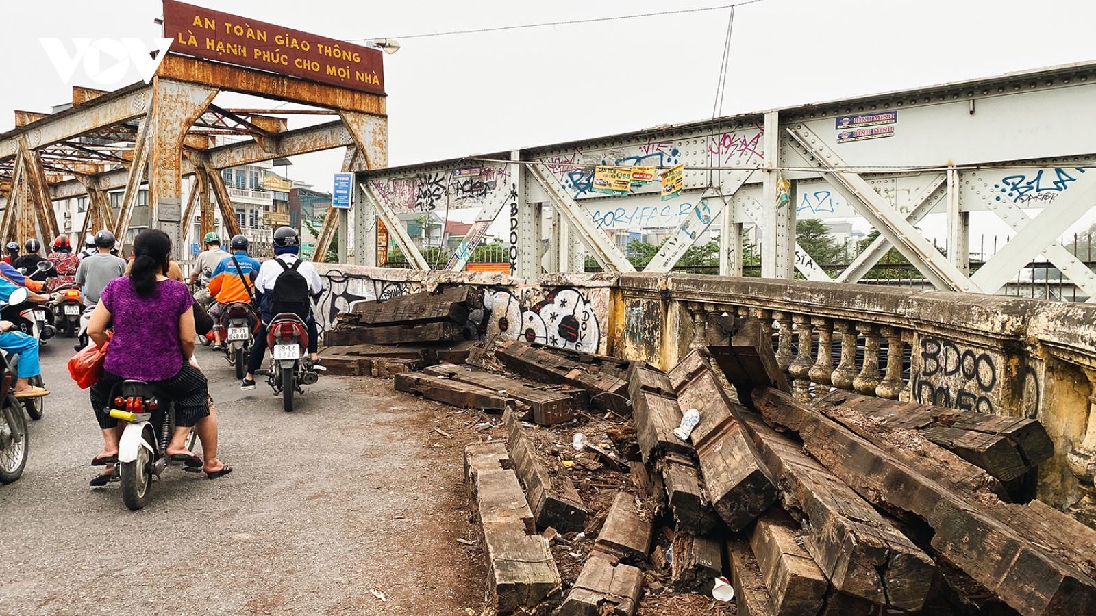 Cần sớm sửa chữa cầu Long Biên để đảm bảo an toàn cho người lưu thông qua cầu