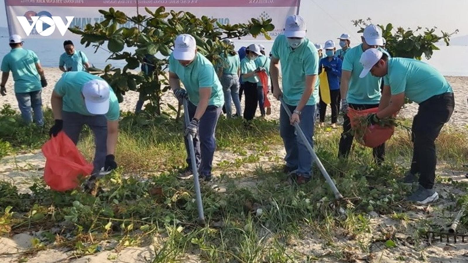 Hơn 100 đoàn viên thanh niên tham gia dọn vệ sinh môi trường biển ở Đà Nẵng