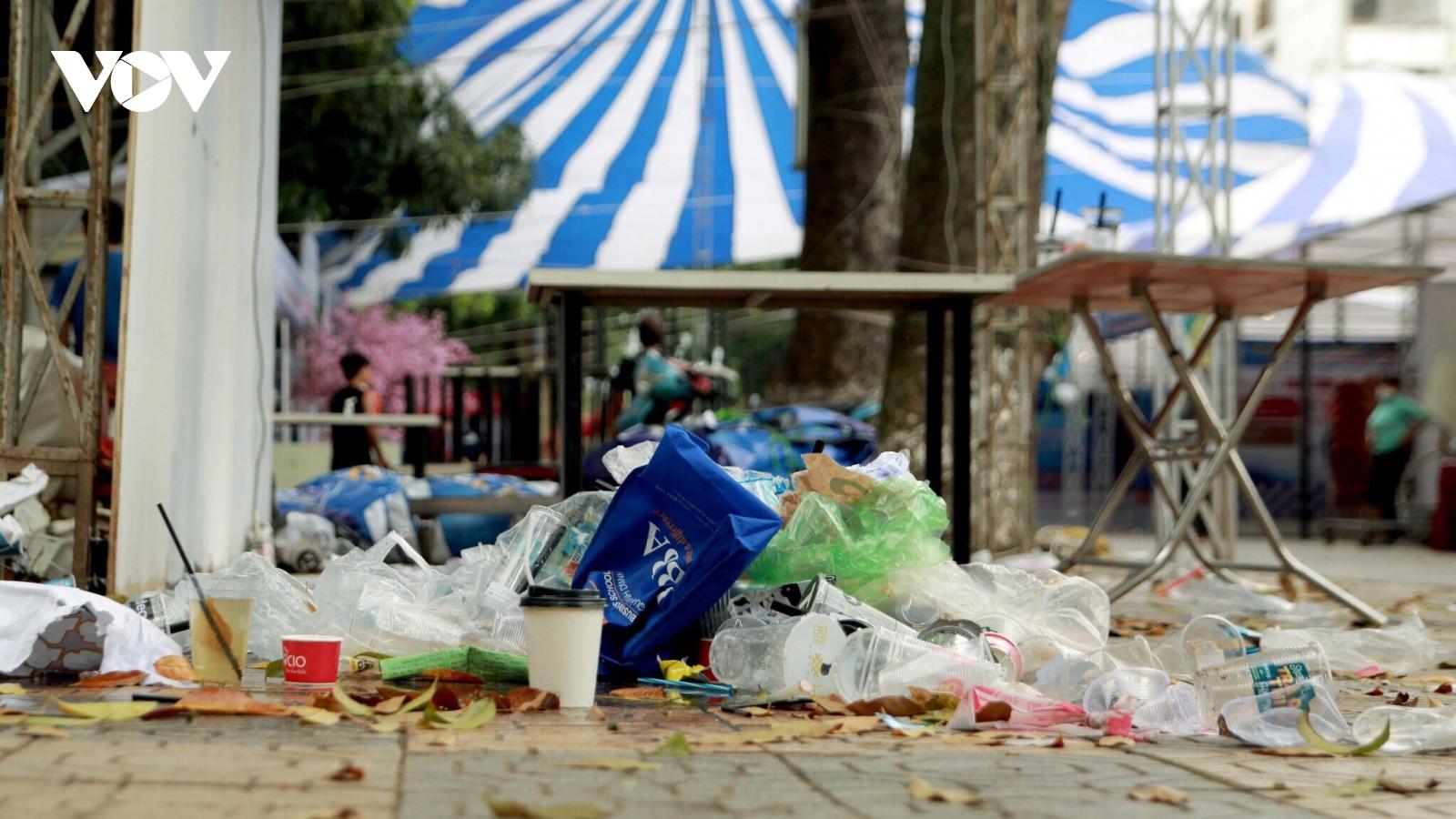 Học sinh vô tư xả rác trong ngày hội tư vấn tuyển sinh-hướng nghiệp