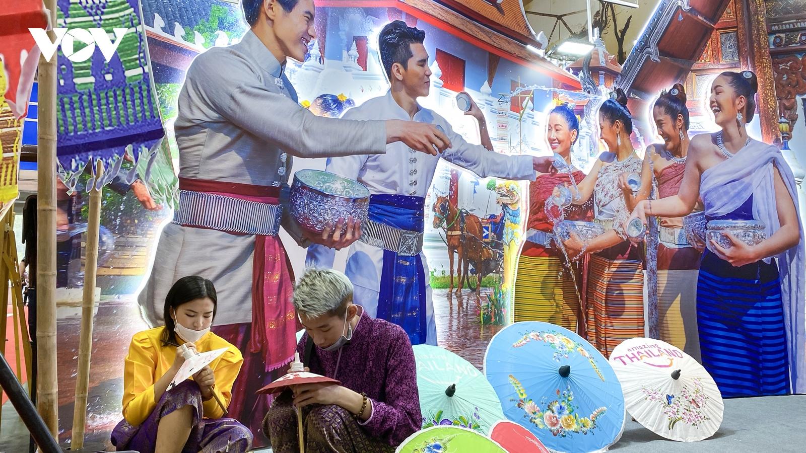 Tái hiện nghi lễ Songkran, giới thiệu ẩm thực và văn hóa Thái Lan tại Hà Nội