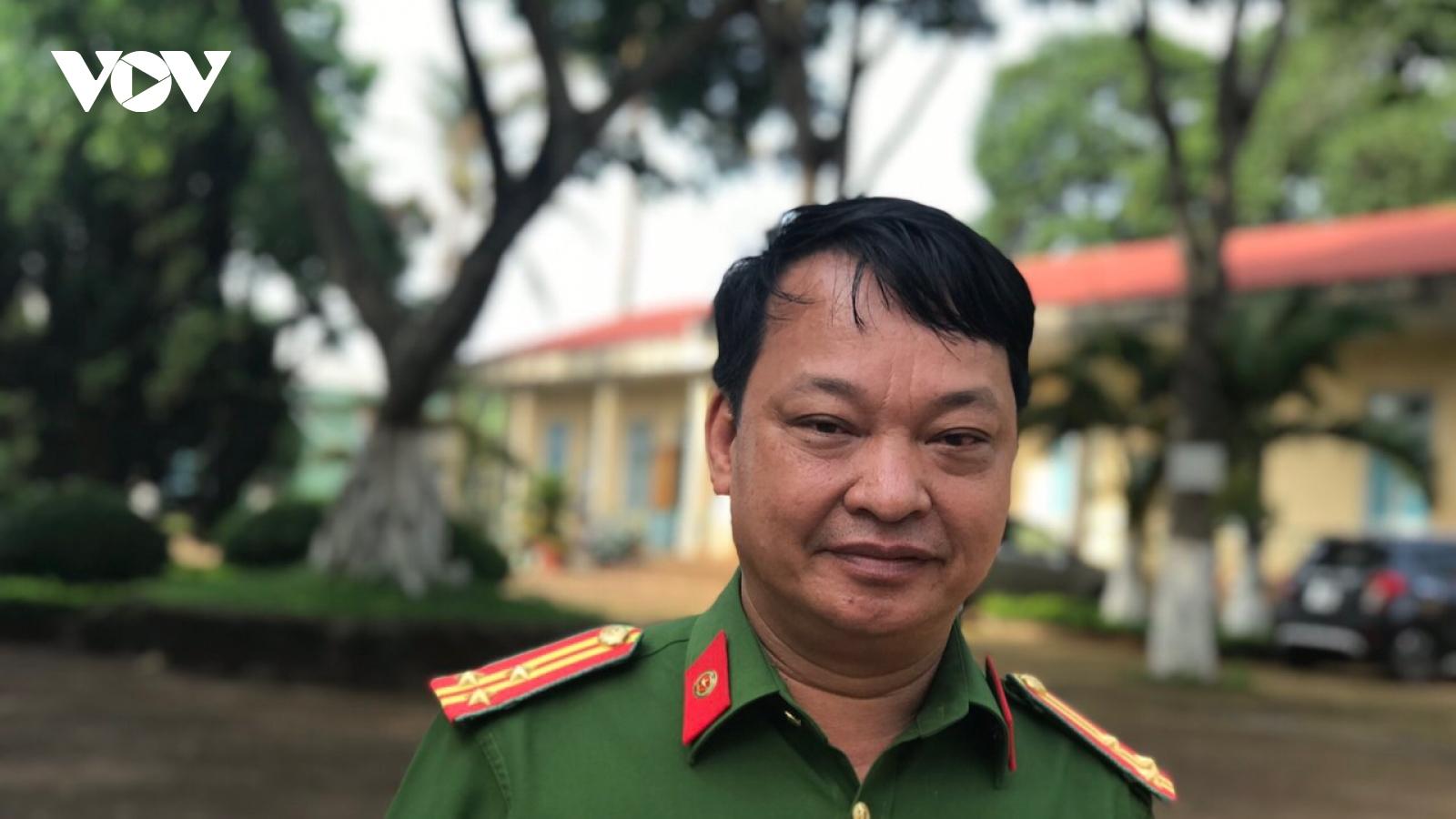 Cán bộ Trại tạm giam Công an tỉnh Gia Lai đi từng buồng giam để tuyên truyền bầu cử