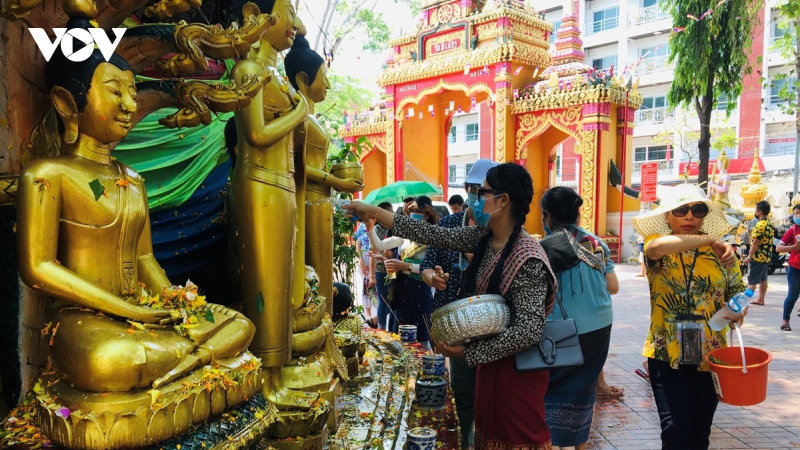 Ngừa Covid-19,Tết Lào diễn ra trong chùa, Thái Lan đóng trường học và cấm bán rượu