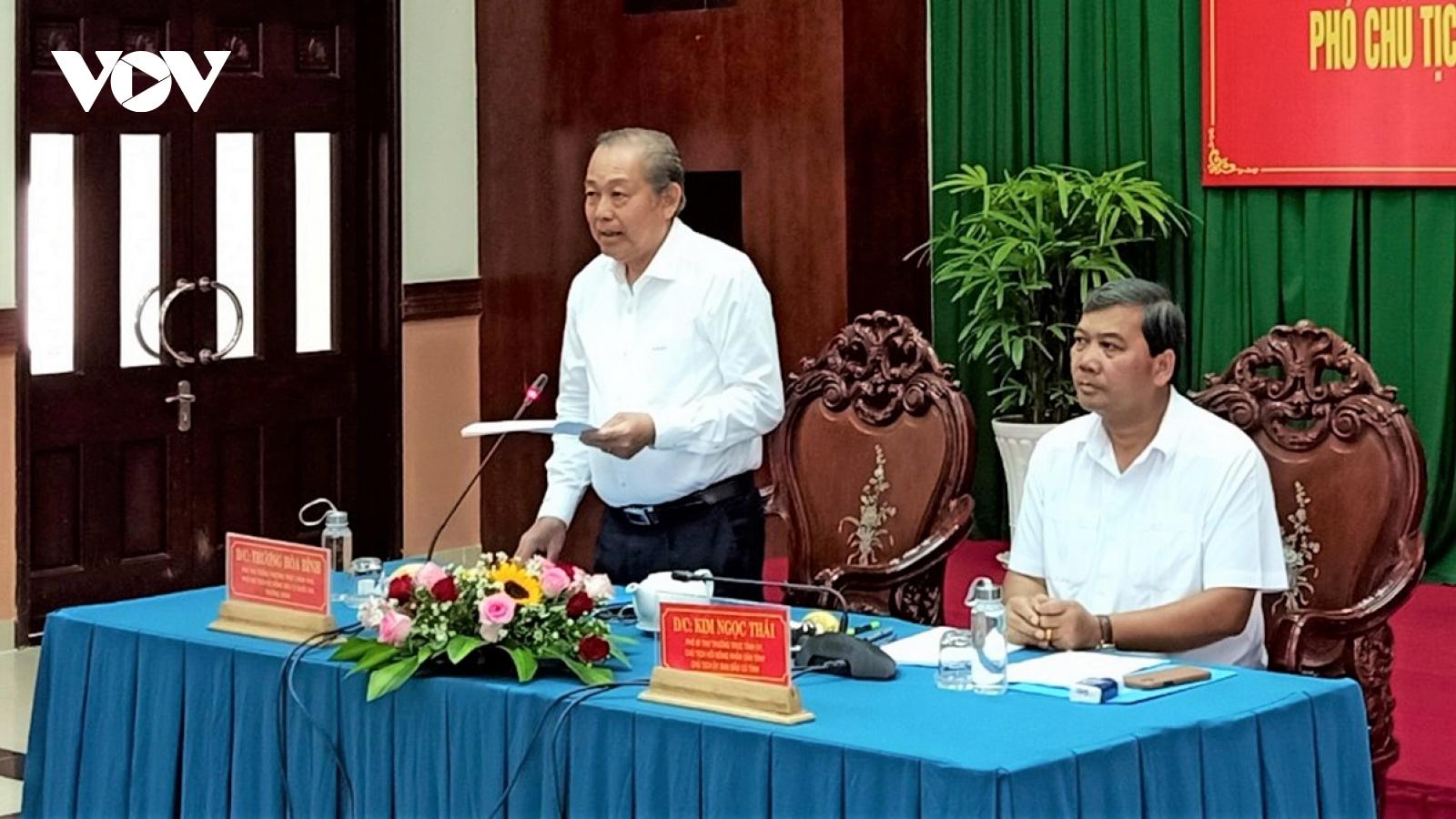 Phó Thủ tướng Trương Hòa Bình kiểm tra công tác bầu cử tại Trà Vinh