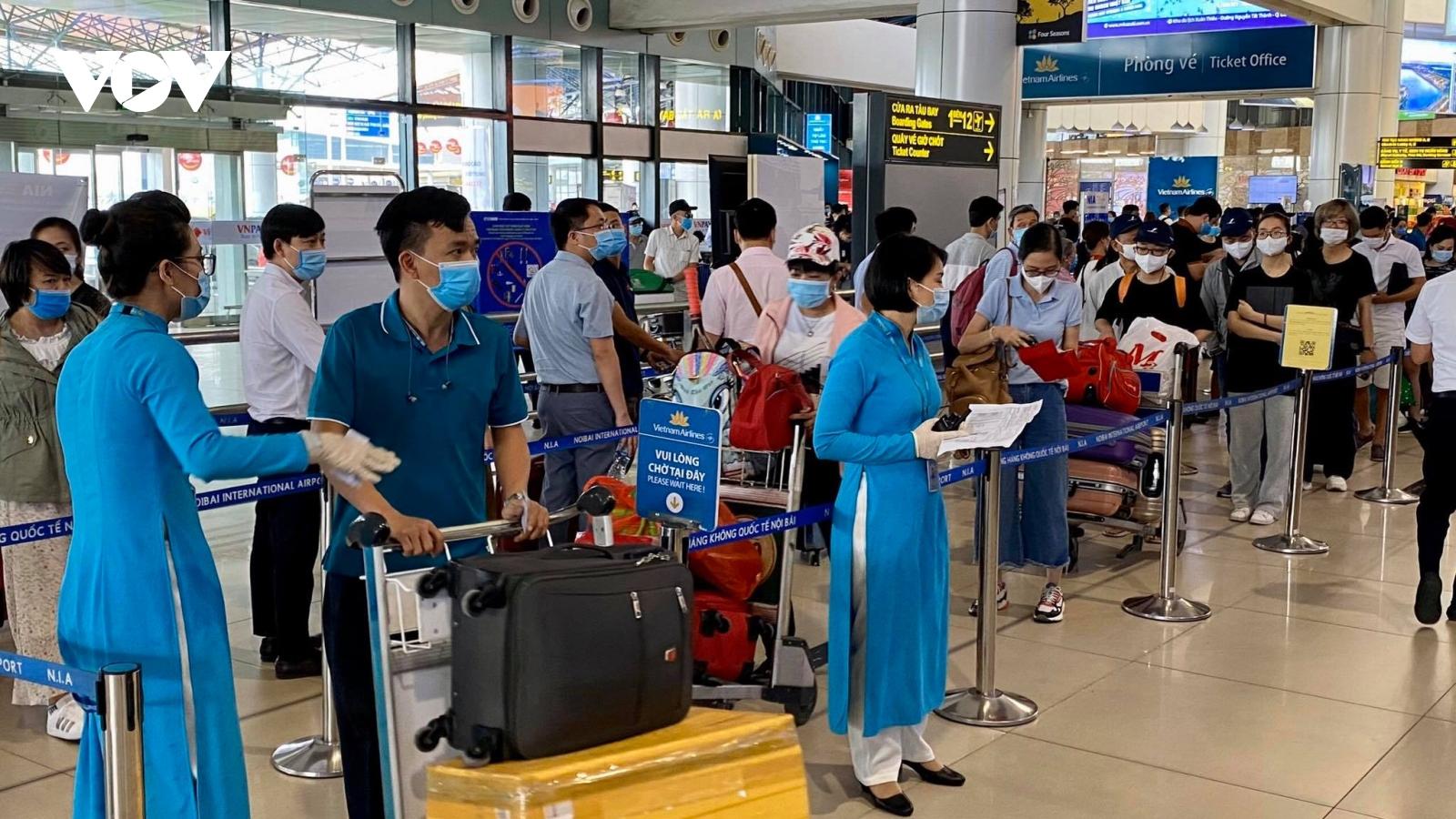 Ảnh: Sân bay Nội Bài đông nghẹt người chiều 29/4, không xảy ra ùn tắc