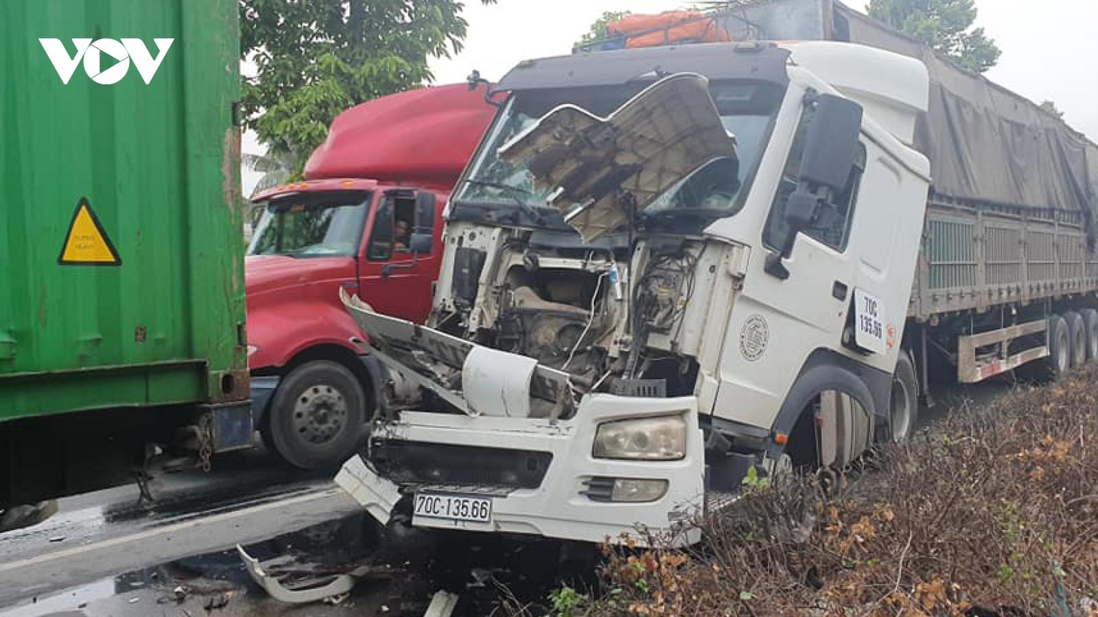 Tai nạn giao thông liên hoàn gây kẹt xe hàng giờ tại Bình Phước, Bình Dương