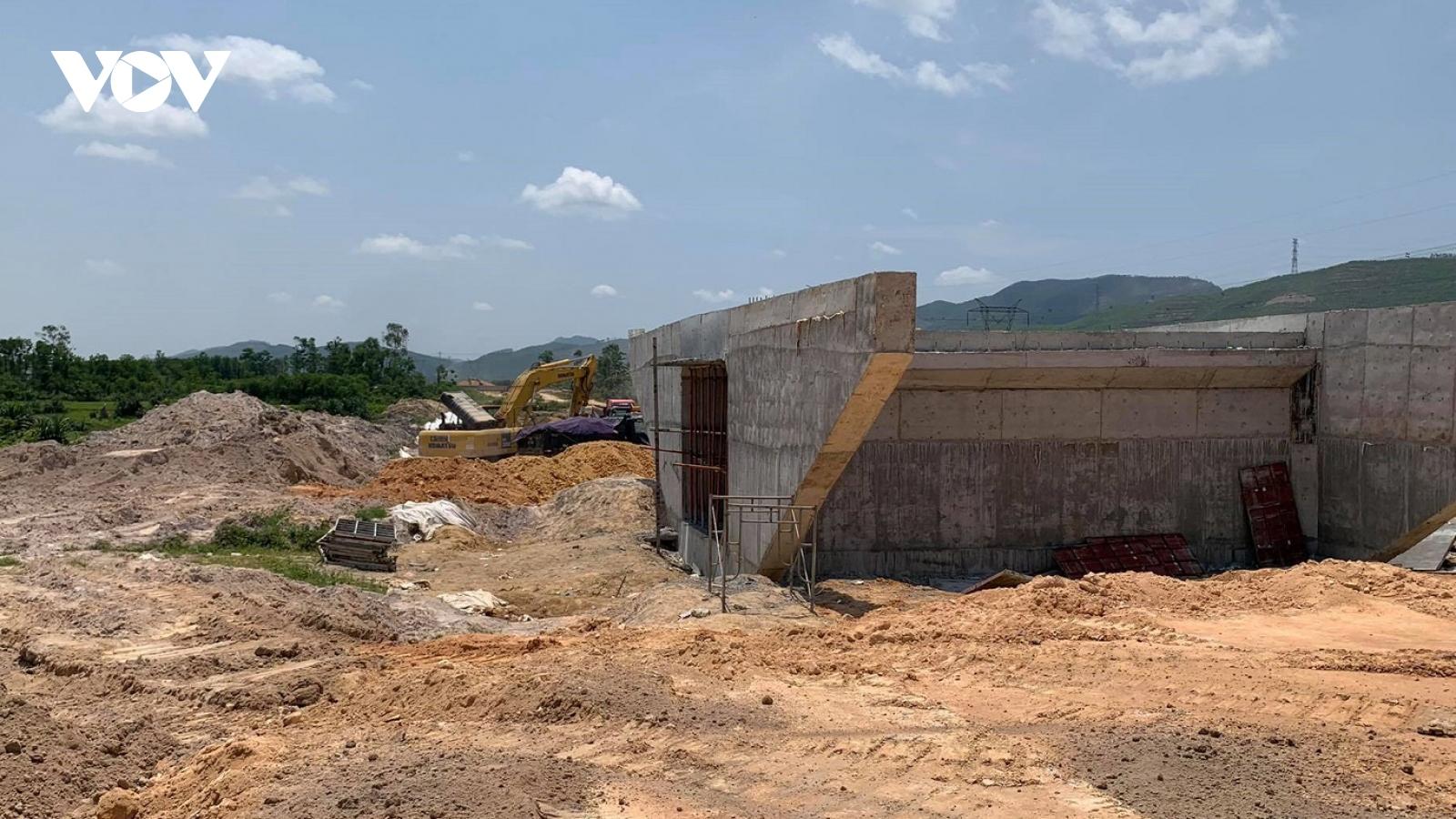 Người dân kiến nghị làm thêm hầm chui trên cao tốc Cam Lộ- La Sơn