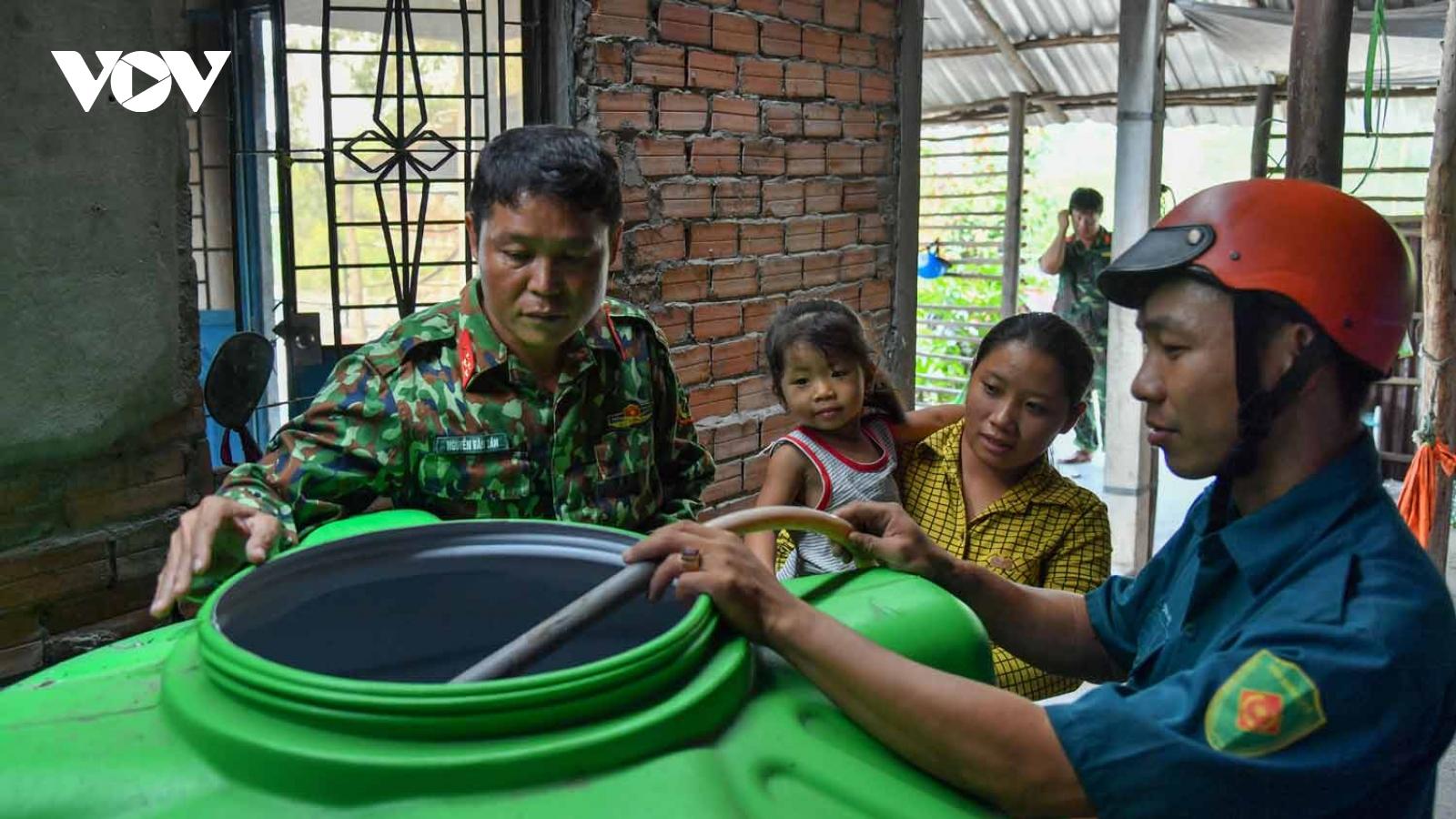 Bộ đội tham giacấp nước ngọt cho cáchộ dânvùng hạn mặnbiên giới Giang Thành