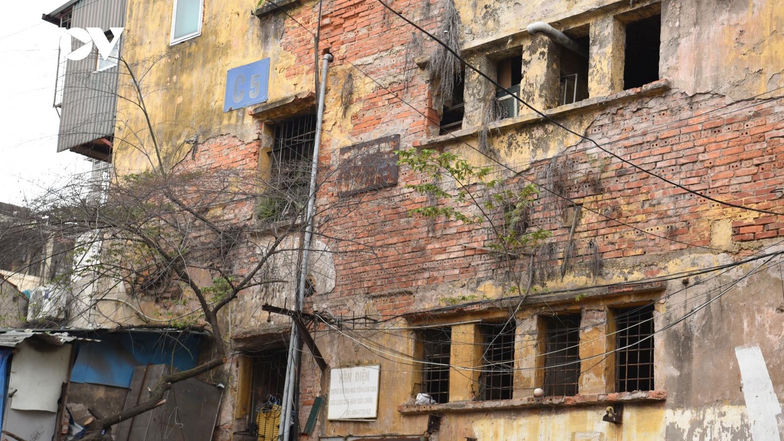 Rùng mình với những chung cư, tập thể cũ ở Hà Nội tiềm ẩn nguy cơ với người dân
