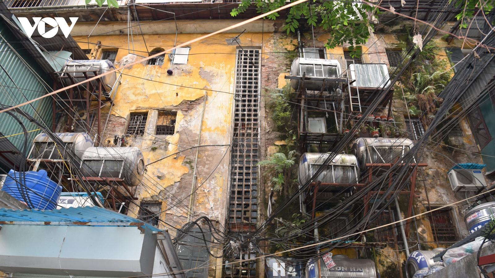 Dân Hà Nội sống nơm nớp trong chung cư cũ nát, xập xệ