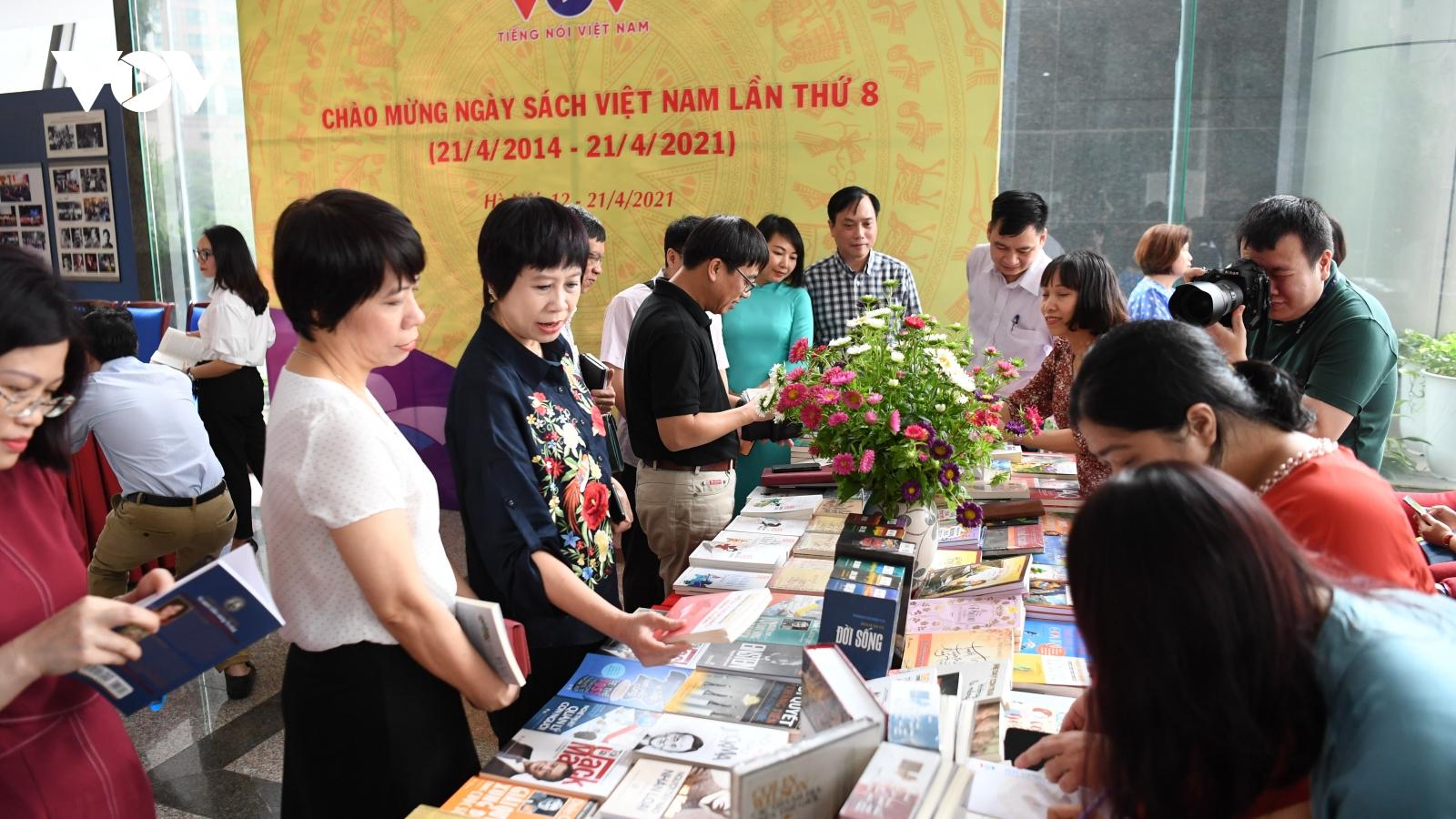 """VOV trưng bày, giới thiệu hơn 300 đầu sách mới, tư liệu quý hưởng ứng """"Ngày sách Việt Nam"""""""
