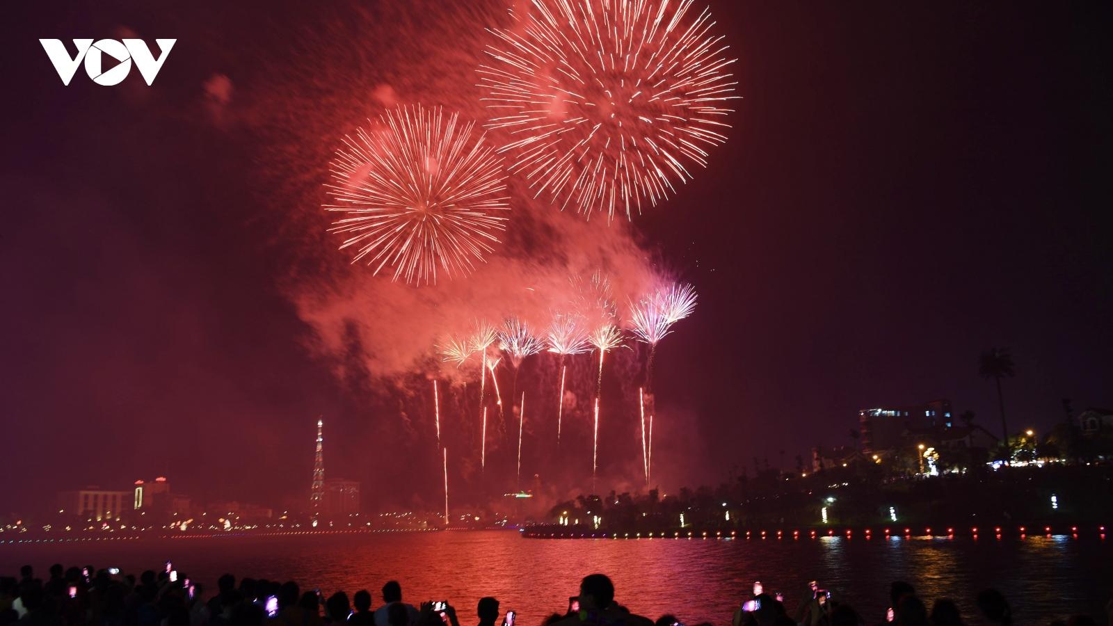 Chiêm ngưỡng màn pháo hoa rực rỡ chào mừng Giỗ Tổ Hùng Vương 2021