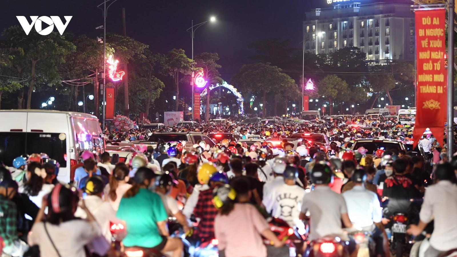 """""""Biển người"""" xem pháo hoa, đường phố Việt Trì tắc nghẽn"""
