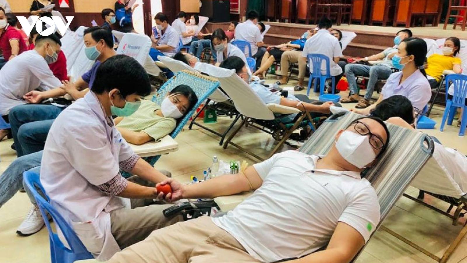 Gần 600 người dân Đà Nẵngtham gia hiến 500 đơn vị máu